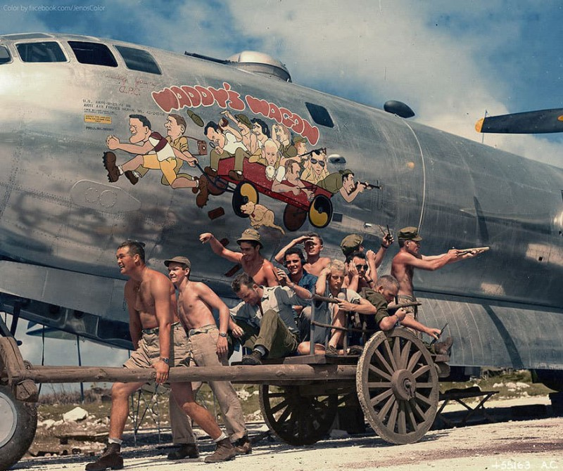 Капитан Янг и его команда позируют на фоне карикатуры на борту B-29. Ноябрь 1944 года.