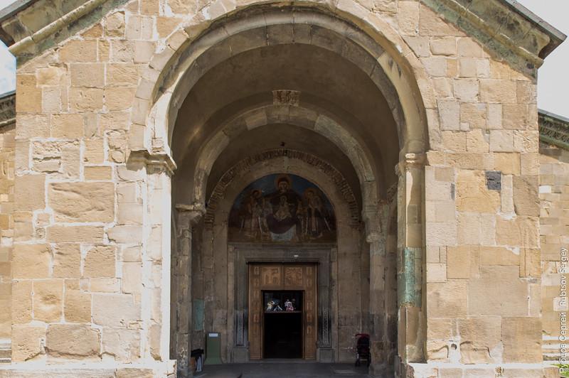 Вход в храм и роспись над ним: