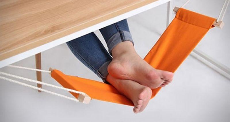 1. Портативный гамак для уставших ног.