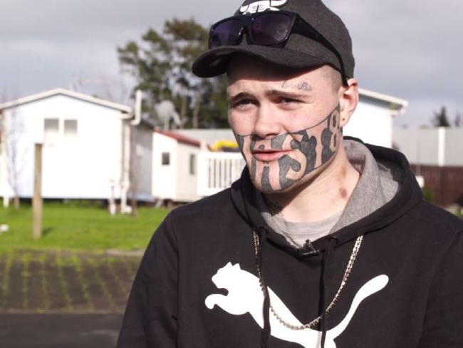19-летний парень с татуировкой на лице ищет хоть кого-нибудь, кто предложит ему работу (7 фото)