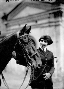 Наездница с лошадью на Семеновском плацу.