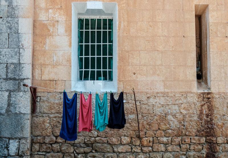одежда сушится монахами Ново Афонского монастыря. одежда висящая у стены