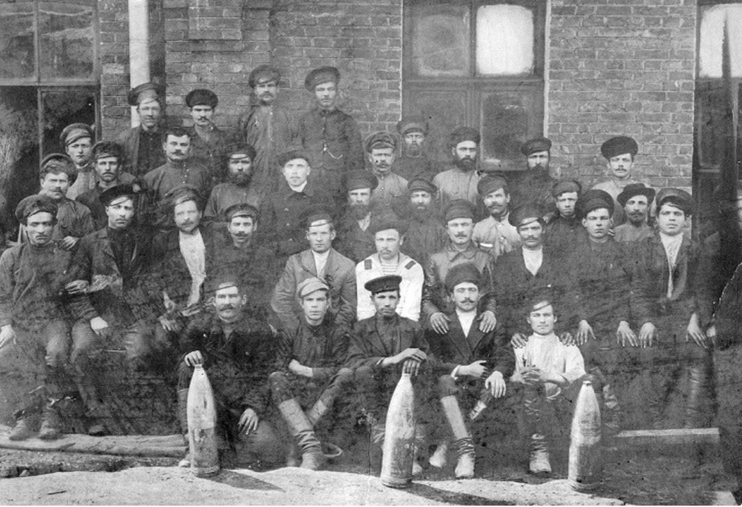Группа рабочих снаряжательной мастерской. 1916