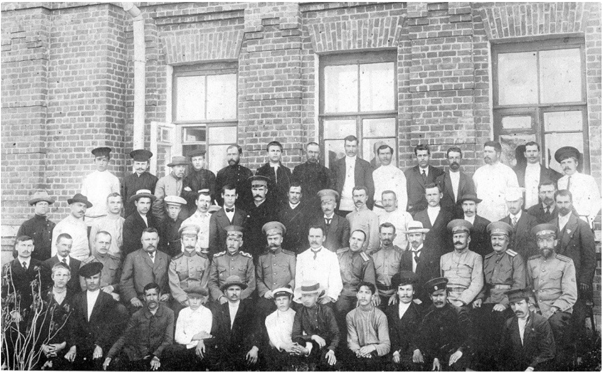 Проводы В.П. Иващенко (в центре) на завод в связи с его уходом в отставку. Июнь 1915