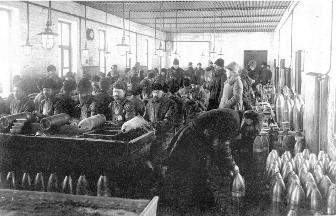 Чистка корпусов снарядов. 1914