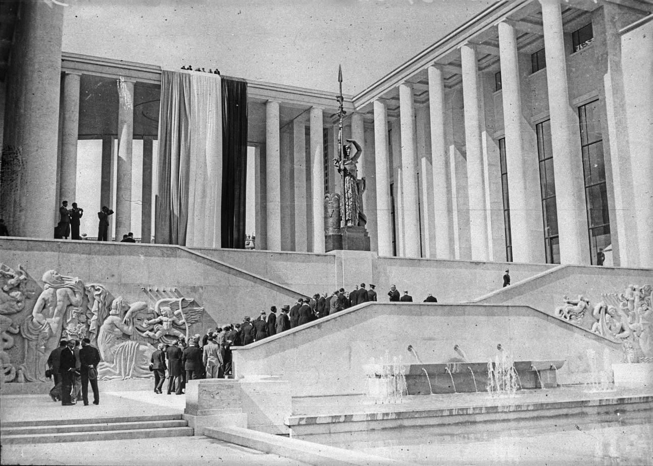 Президентский кортеж в павильоне города Париж (Музей современного искусства). 24 мая 1937