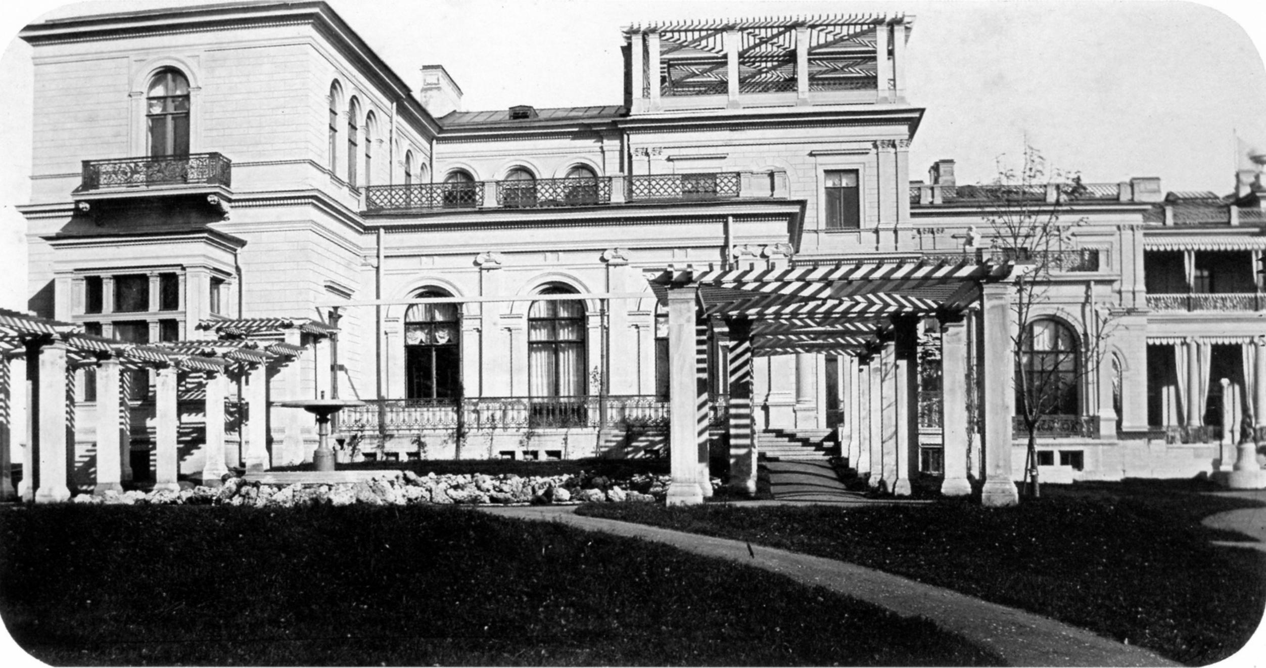 Террасы и бассейн с фонтаном у Малого дворца. 1862
