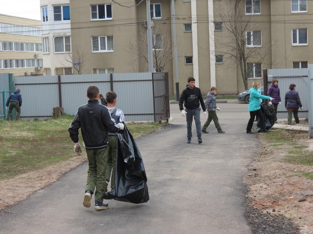Убираем школьный двор