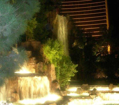 Фонтан-водопад у отеля Фламинго в Лас-Вегасе.