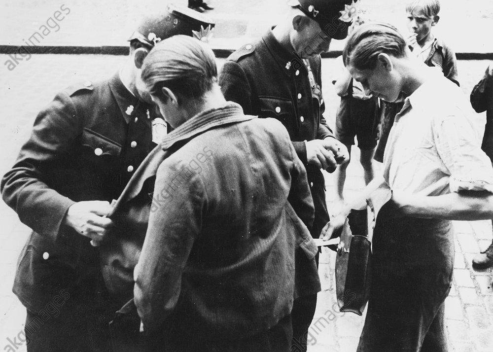Nachkriegszeit/ Schwarzmarktrazzia 1947. - Police on black market raid/Berlin/1947 -