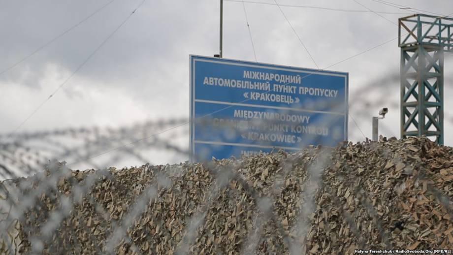 За сигнал о «незаконное оружие» на Житомирщине остановили автоколонну, которая едет в сторону «Краковца» – полиция