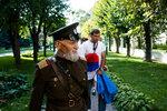 отец с сербами в Лавре.jpg