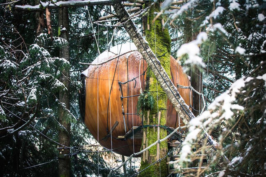 Отделка интерьеров выполнена из красного дерева и тика. В шар диаметром три метра дизайнеры умудрили