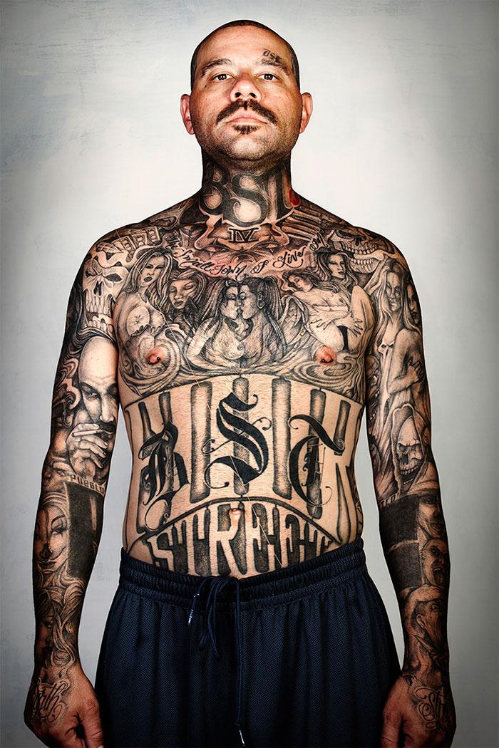 Как выглядят бывшие бандиты, если смыть с них татуировки