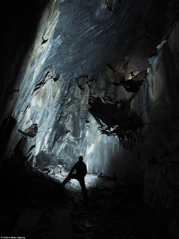 13. Пещера с квасцовым камнем и ручьем.