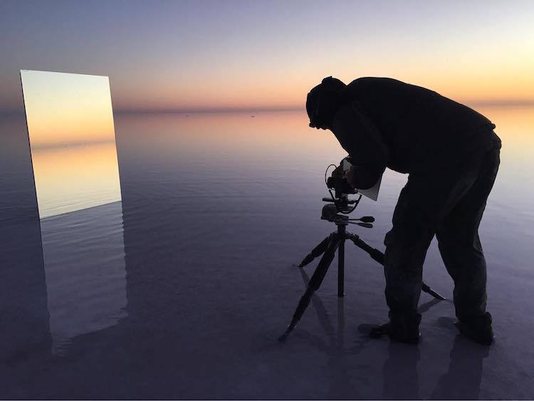 Фотограф постигает бесконечность, отражая в зеркалах бескрайние просторы