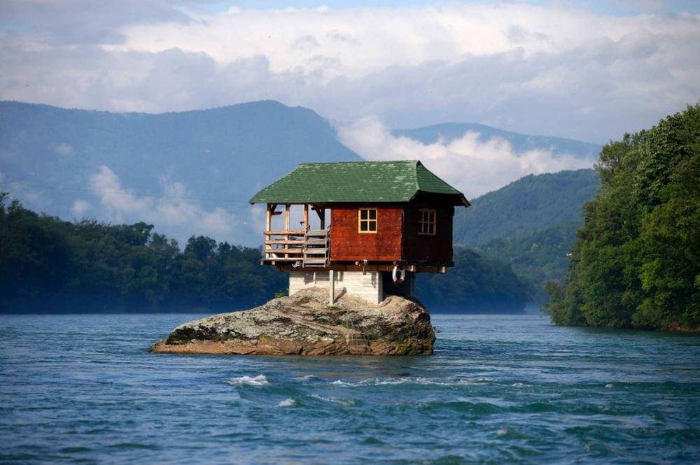 © i1.dailyrecord.co.uk  Раз внесколько лет бурные потоки реки уносят дом, номестные жители к