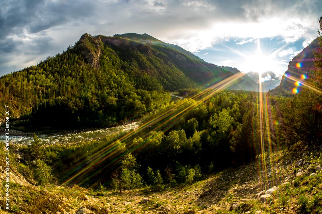 Вот такой интересной лампой встретил нас хребет при въезде в долину Алла. Косые лучи солнца вкупе с