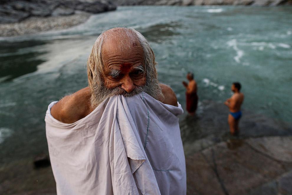 3. Здесь — полная гармония с природой. Вот индуистские священники сидят в пещере и молятся на