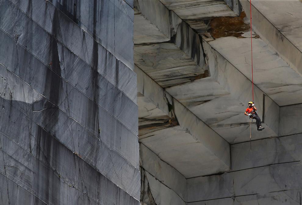 3. Старый туннель в мраморном карьере в Карраре, Тоскана, Италия, 14 июля 2017. (Фото Alessandr