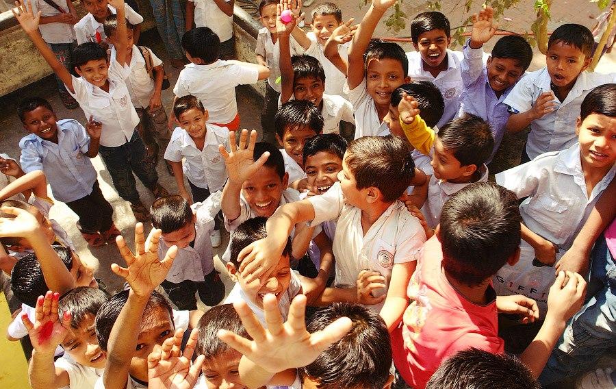 На этой фотографии видно как бангладешский ребенок снимает с меня кольцо. Джоэл ведет нас по св