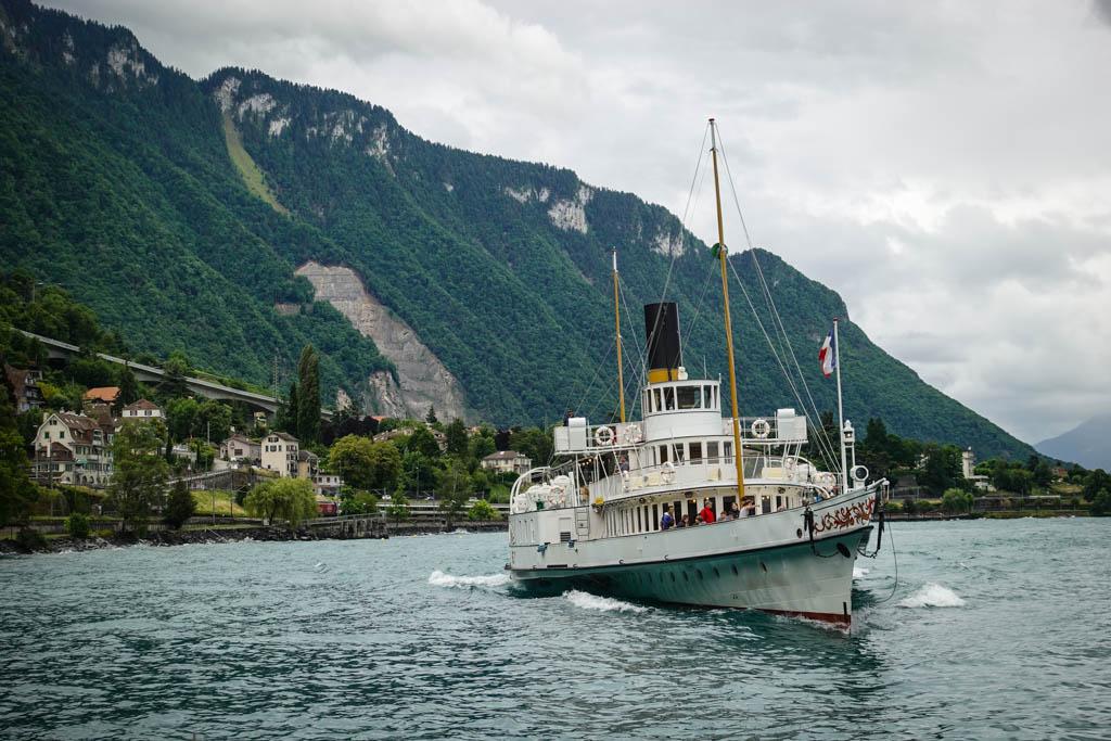 С его помощью можно даже прокатиться на исторических лодочках-паромах по Женевскому озеру.