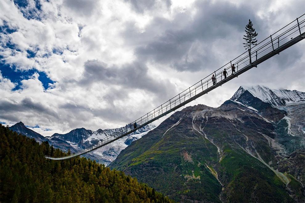 Мост достаточно узкий — всего 60 см, так что лучше идти аккуратно и друг за другом.