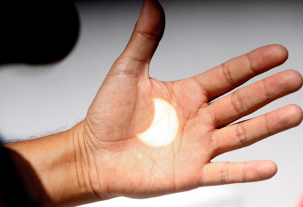 Число желающих увидеть солнечное затмение, не выходя из дома, оказалось настолько велико, что с