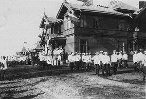 Зрители и участники у трибун в ожидании приезда императора Николая II