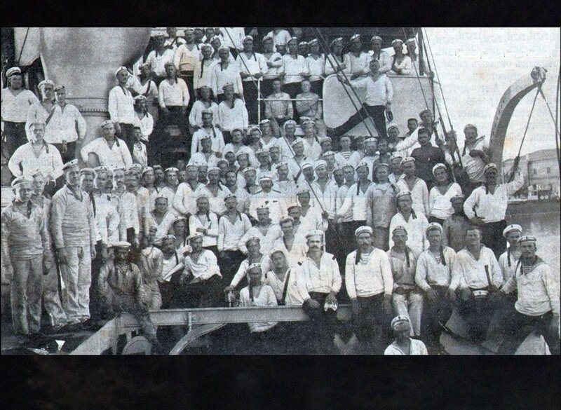 Команда крейсера Очаков за две недели до восстания 1905 г. - Фрагмент фото.jpg