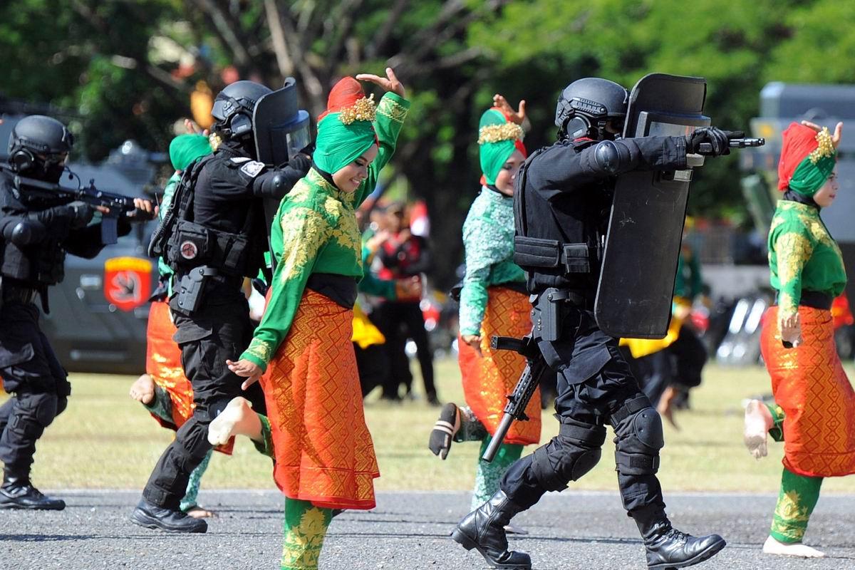 Давайте мальчики станцуем: Индонезийские танцовщицы в компании с парнями из полицейского спецназа
