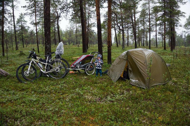 ночевка в палатке cetus 3  в сосновом лесу в велопоходе за полярным кругом в северной финляндии