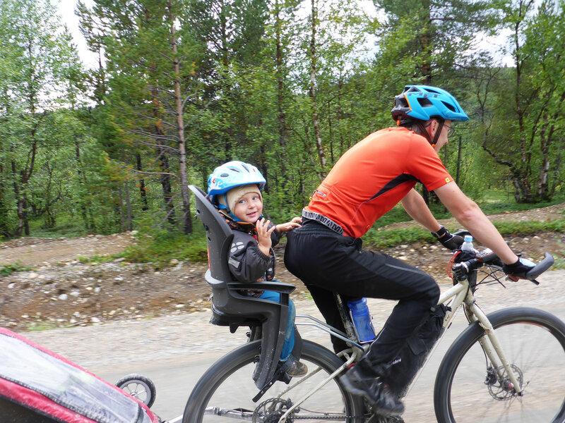 ребенок в велокресле Hamax smiley в велопоходе