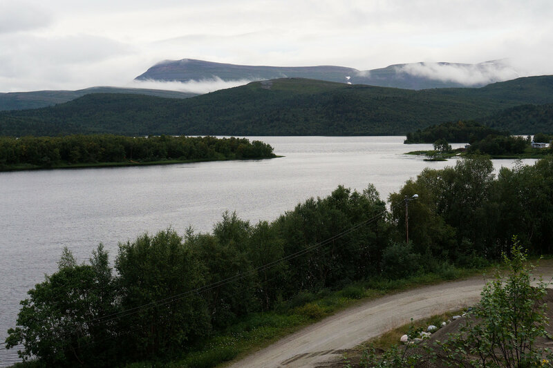 вечерний пейзаж с озером и горами в Скуганварре (Skoganvarre), северная норвегия, Финнмарк