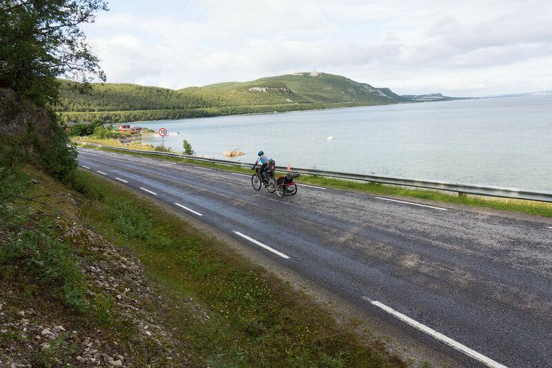 на велосипеде с велоприцепом по трассе E6  Lakselv - Oldefjord
