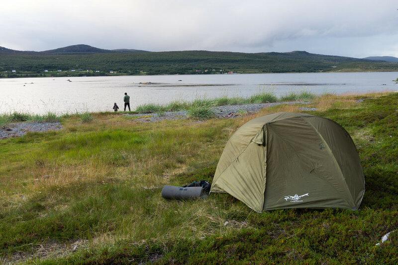 ночевка в палатке cetus 3 на берегу фьорда баренцева моря в норвегии