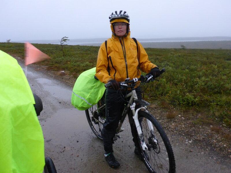 велосипедист в мембранной одежде в холод и дождь