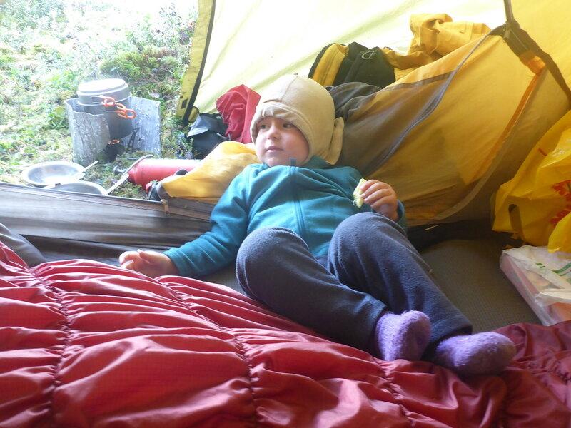 двухлетний ребенок в палатке в походе