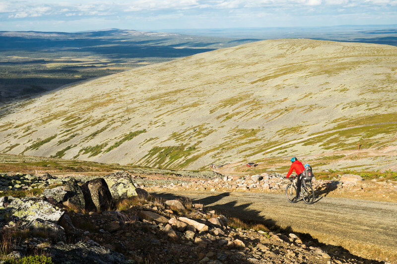 спуск с горы Юлляс (Ylläs) на велосипеде c ребенком в велокресле hamax