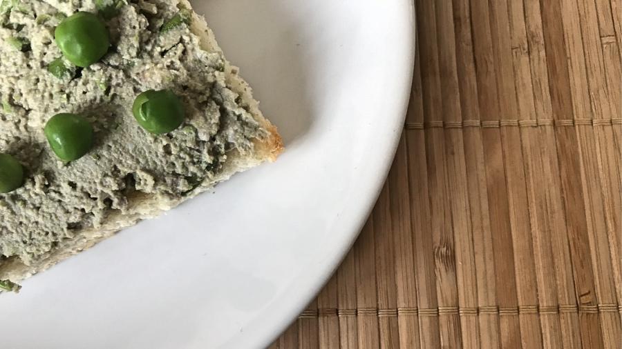 Яичный паштет с горохом и орехами