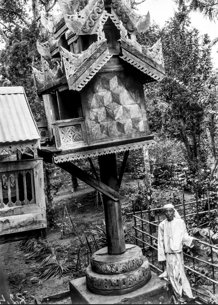 864. Пьи. Вид домашнего храма и его владельца
