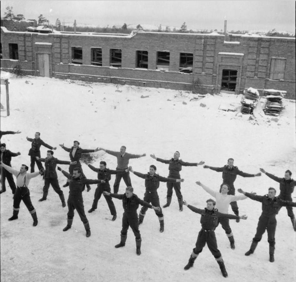 Офицеры занимаются физическими упражнениями в холоде арктического утра в Ваенге