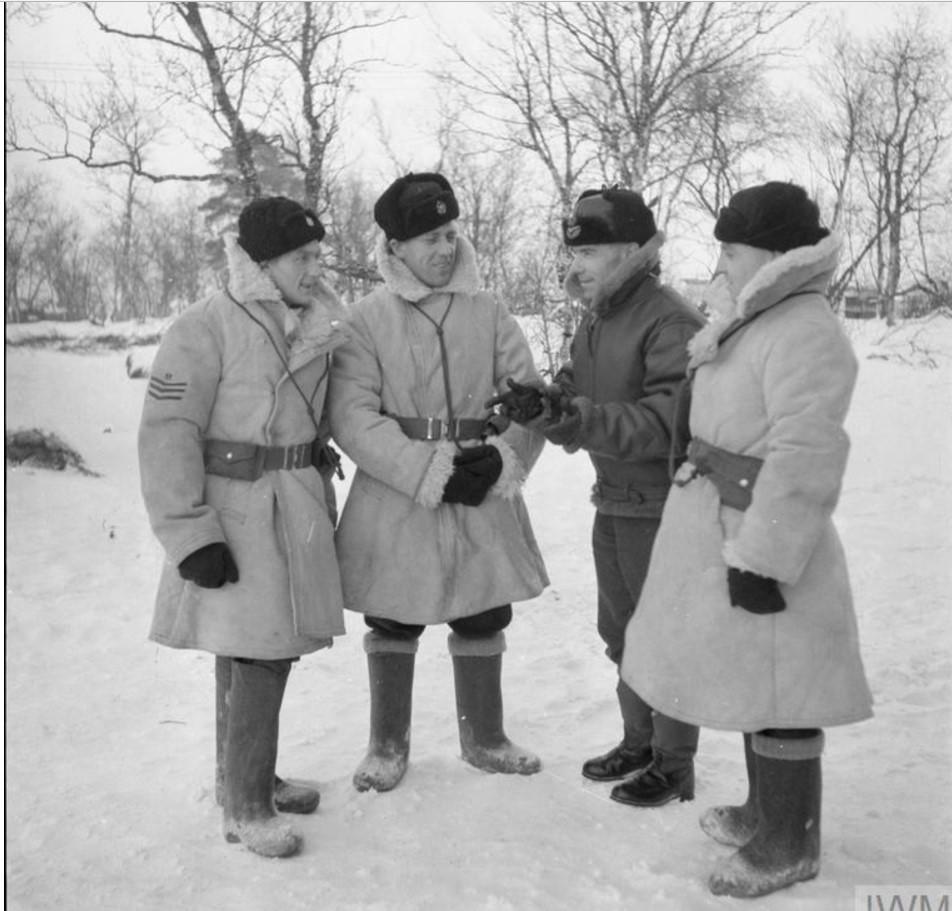 Наземный персонал 151-го крыла в советской зимней униформе.