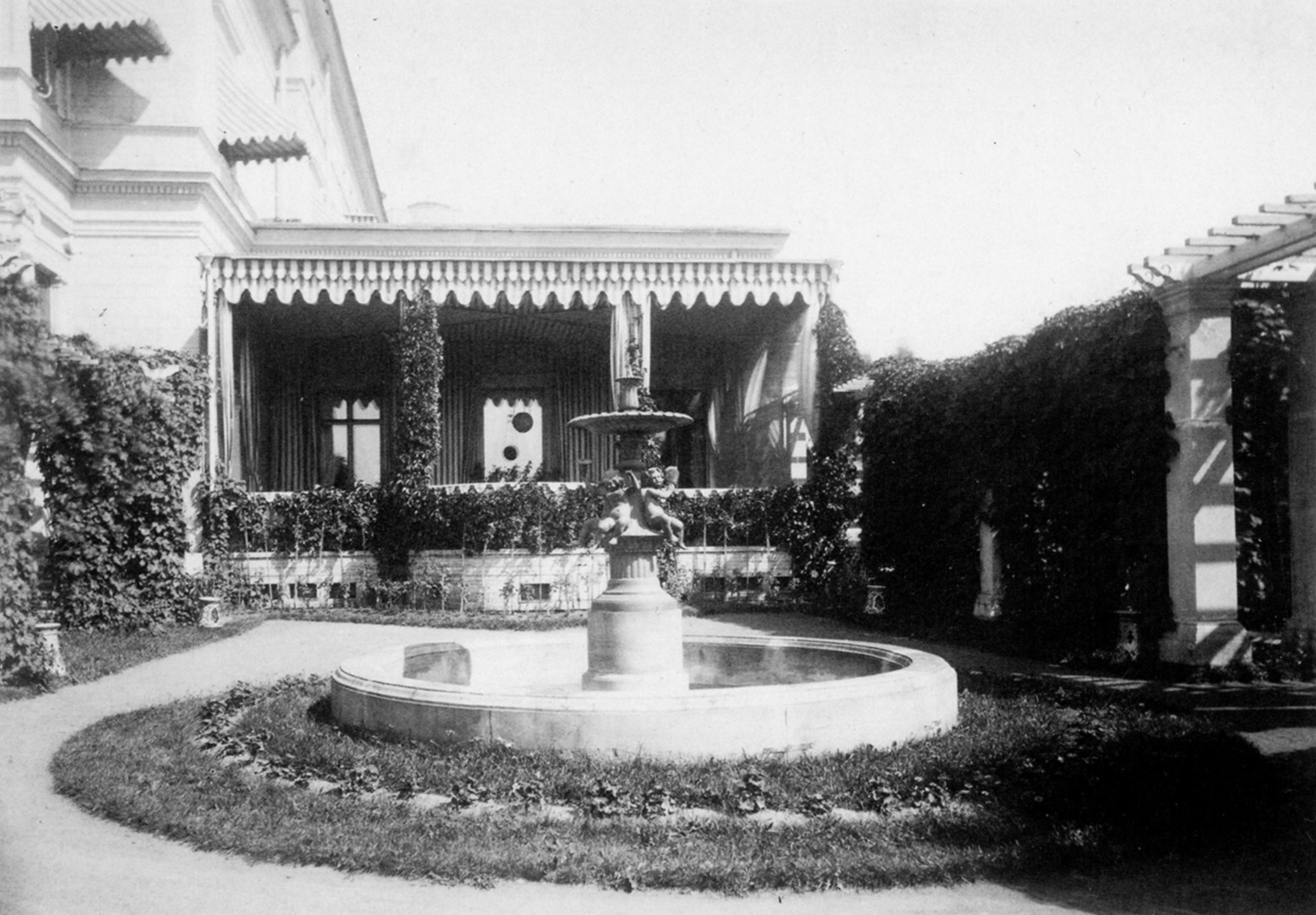 Фонтан «Путти с музыкальными инструментами». 1882