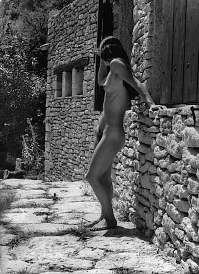 1978. Обнаженная женщина у стены