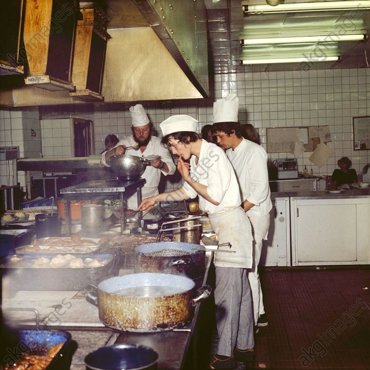 Lehrkьche im Alexandertreff / Foto 1983 - Germany, cooks in a teaching kitchen -