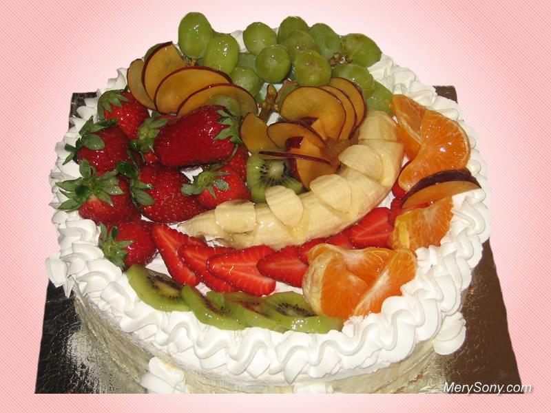 Красивый торт украшен разными фруктами.  С международным днем торта!