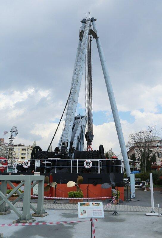 Стамбул. Музей Рахими Коча. Кран, использовавшийся на судоверфях для монтажа крупных судовых узлов