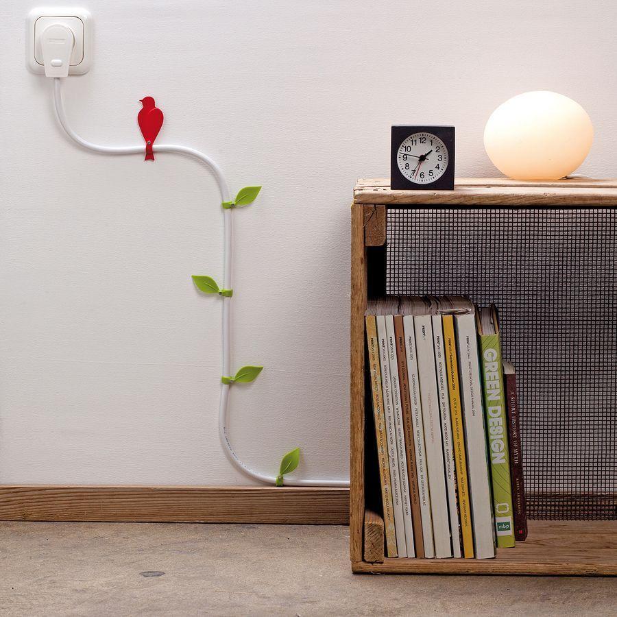 14. Превратите провода в украшение стены с помощью вот таких вот красивых зажимов.