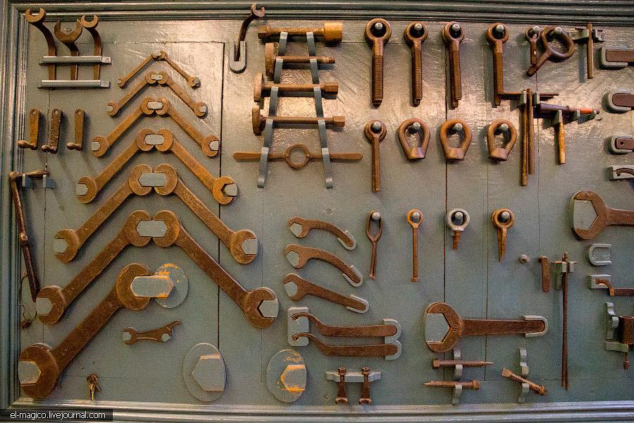 ...старинного механизма: